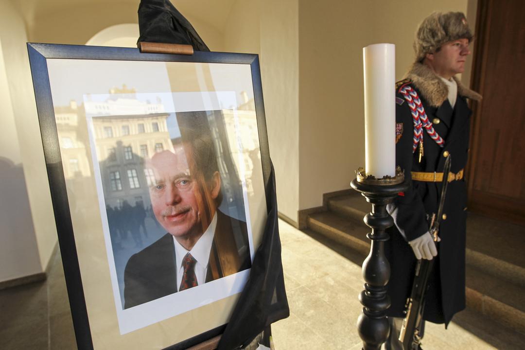 2011年12月19日,領導捷克斯洛伐克推翻共產政權的首任捷克總統哈維爾舉殯,一名士兵站在哈維爾的遺照旁。