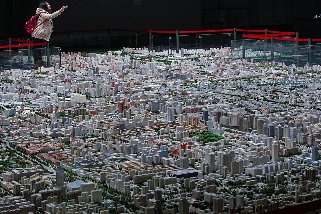 2013年11月5日北京,一位遊客在北京的展覽館中拍攝北京市中心的模型。