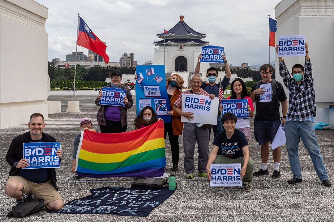 2020年10月24日,一群台灣裔美國人於台北自由廣場表達對民主黨總統候選人喬·拜登的支持。