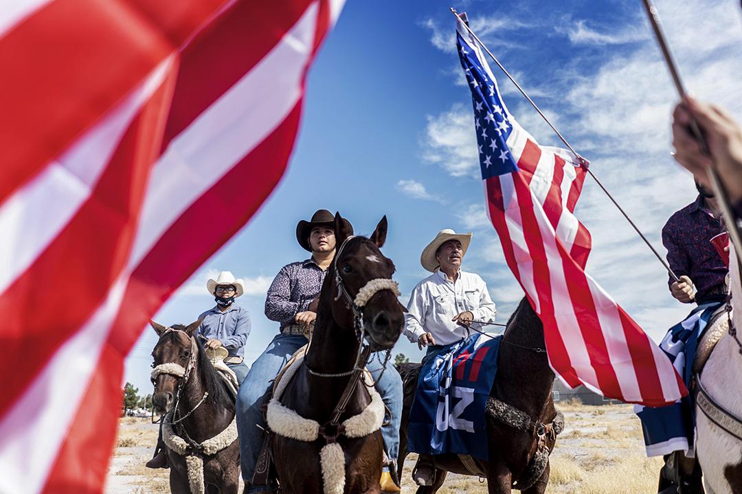 2020年10月24日拉斯維加斯內華達州,拜登的拉丁裔支持者於投票地點附近參加了競選集會。 攝:陳焯煇/端傳媒