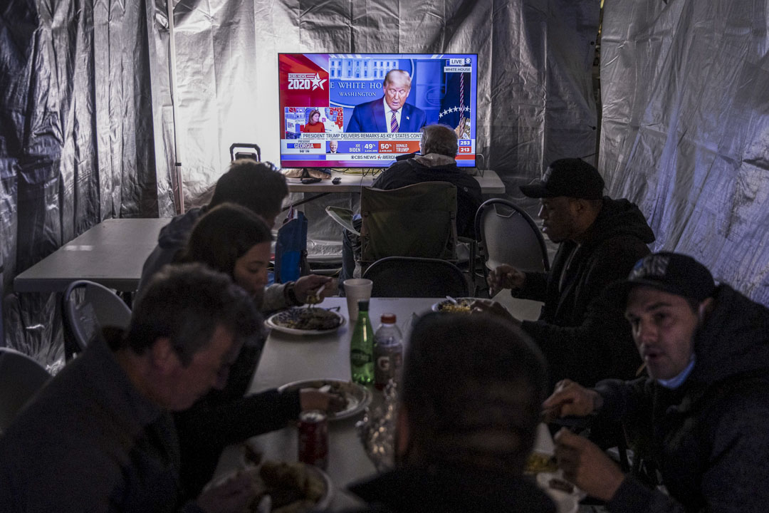 2020年11月5日美國特拉華州威明頓大通中心外,媒體工作人員於拜登的競選總部觀看美國總統特朗普的記者會。