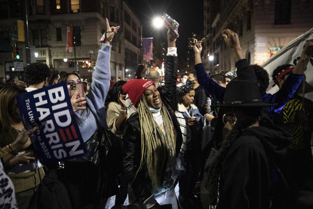 2020年11月7日,費城賓夕法尼亞州的市民人們在的費城街頭跳舞慶祝拜登當選美國總統。 攝:Chris McGrath/Getty Images