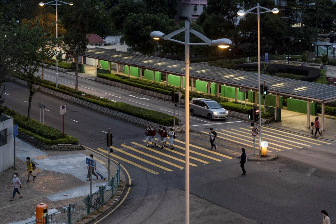 去年11月3日深夜,周梓樂拍攝尚德邨這一個十字路口上的警方防線,並把照片發給朋友。