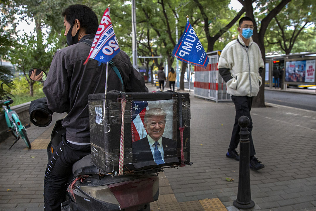 2020年10月14日北京,快遞員騎著摩托車,摩托車貼上美國總統特朗普的肖像。
