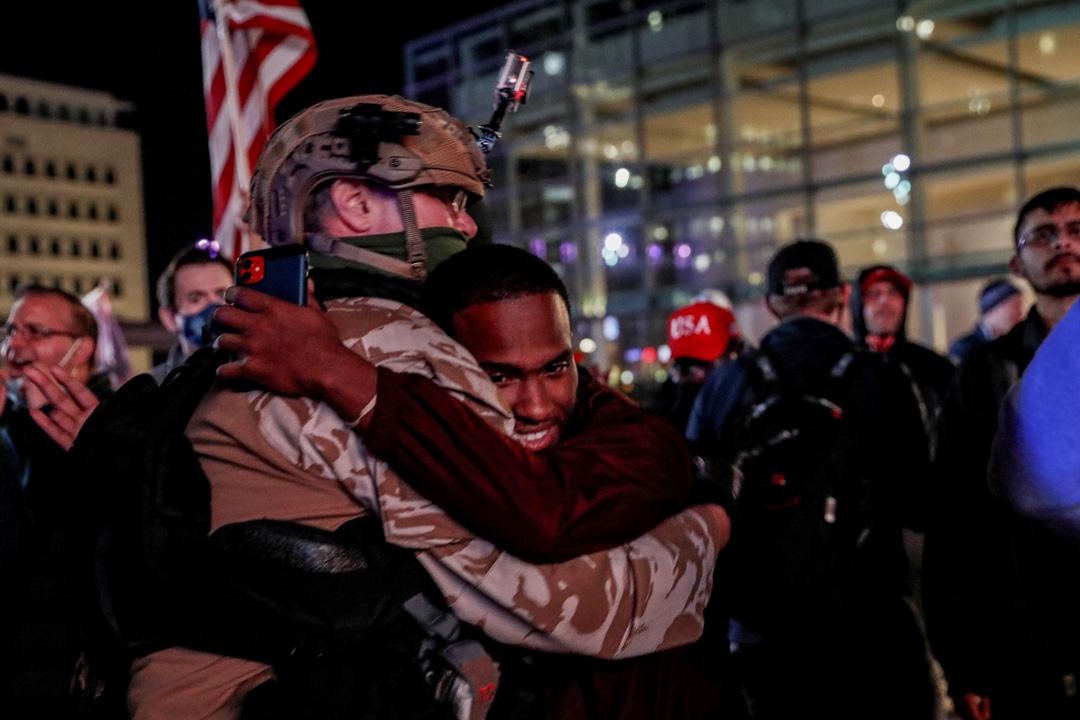 2020年11月5日美國密歇根州底特律,2020年美國總統選舉後的抗議活動中,Black Lives Matter的支持者互相擁抱。