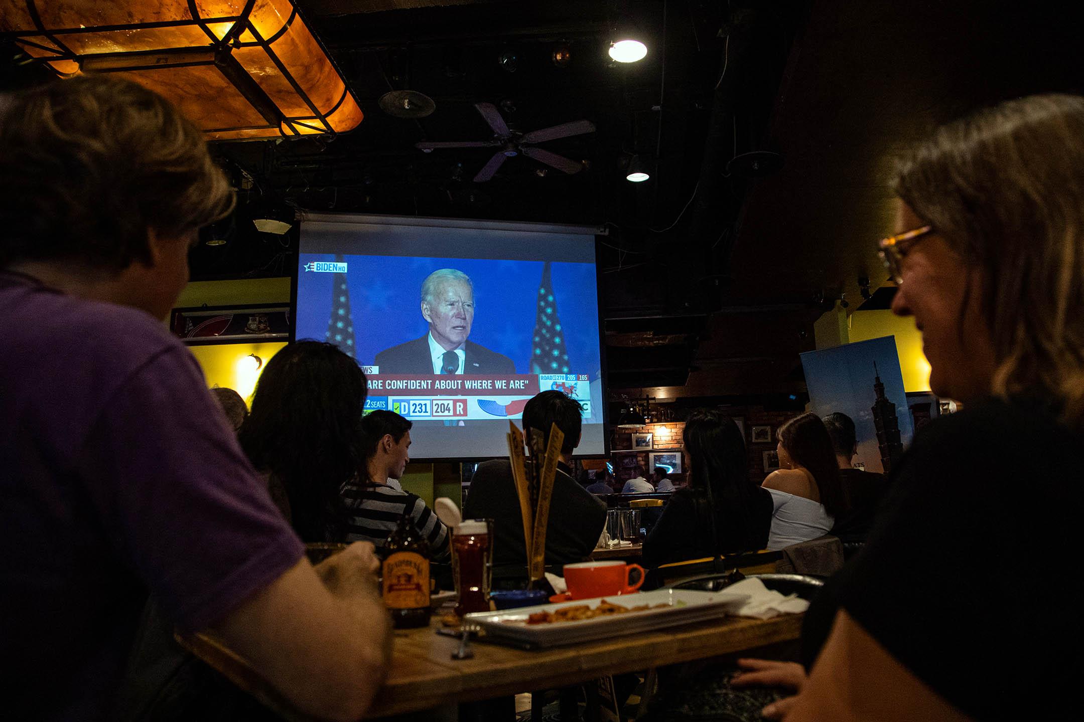 2020年11月4日台北,人們觀看拜登(Joe Biden)在美國威爾明頓選舉之夜的演講。 攝:Annabelle Chih/NurPhoto via Getty Images