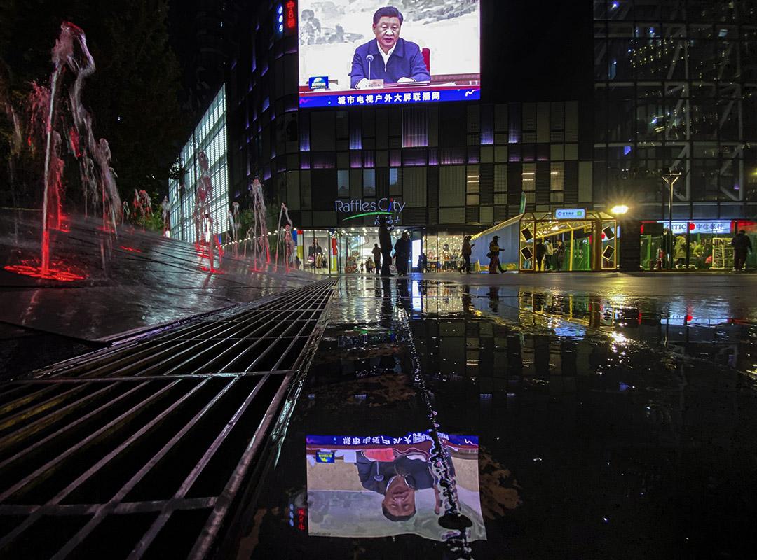 2020年10月30日,北京一家購物中心外的新聞報道中,中國國家主席習近平在大屏幕上。 攝:Ng Han Guan/AP/達志影像