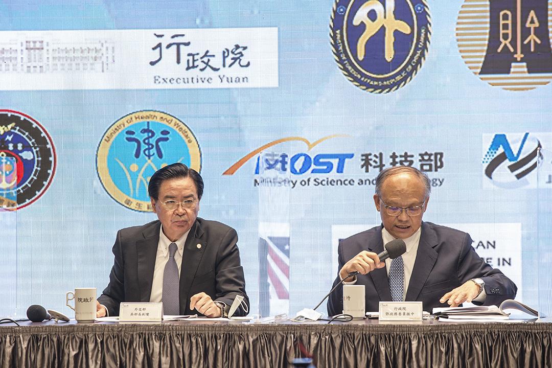 2020年11月21日台北,「台美經濟繁榮夥伴對話」記者會,外交部長吳釗燮及行政院經貿辦公室總談判代表鄧振中委員。