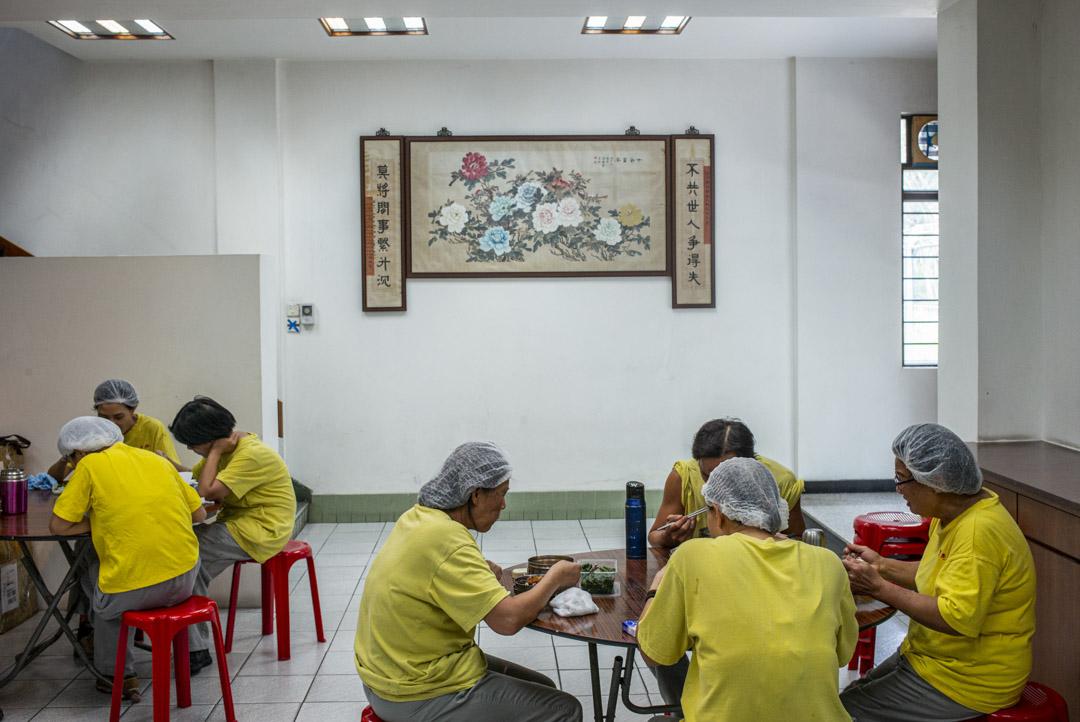 冠珍醬園工人在工廠內午膳。