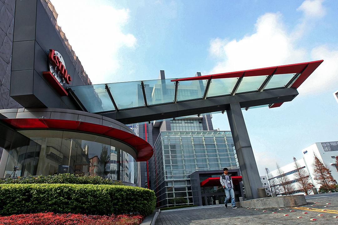 2013年1月16日台灣新竹,一名男子從台灣積體電路製造有限公司(TSMC)總部離開。