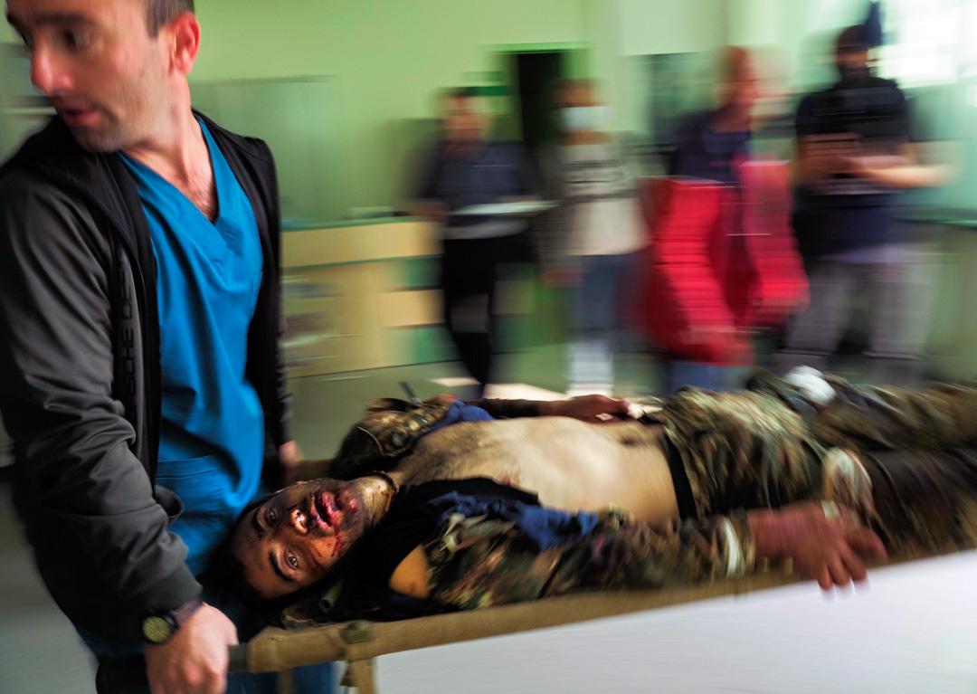 2020年10月28日,納戈爾諾-卡拉巴赫(Nagorno-Karabakh)最大城市斯捷潘奈克特(Stepanakert),救護人員將一名在砲擊中受傷的男子送到醫院。