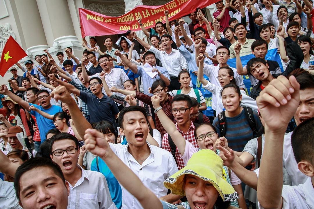 2014年5月11日,越南民眾在胡志明市歌劇院外聚集,抗議中國在備受爭議的南海設立了「海洋石油981」深水油氣田鑽井平台。