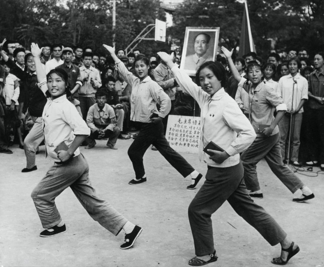 1966年,中國上海的一個學生合唱團為北京大學的師生獻唱革命歌曲。