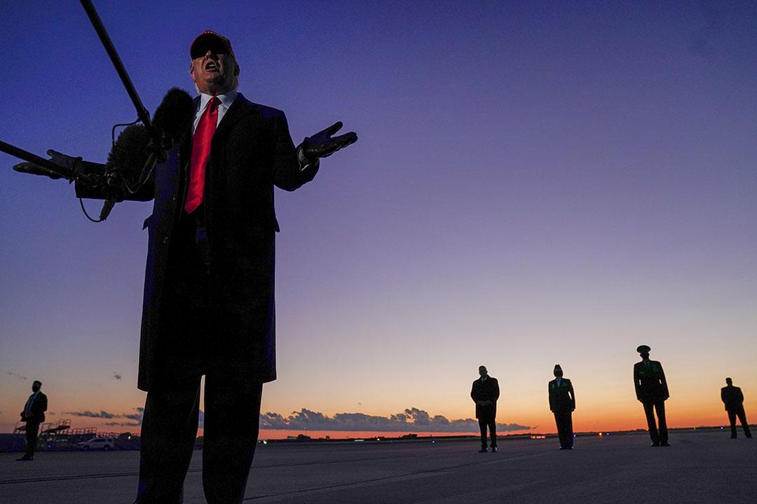 2020年11月1日,美國總統特朗普到達北卡羅來納州的機場時對記者講話。