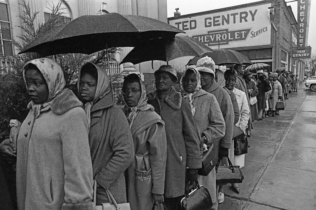 1965年2月17日,美國阿拉巴馬州的塞爾瑪市,有近1,000名黑人排隊等候選民登記。
