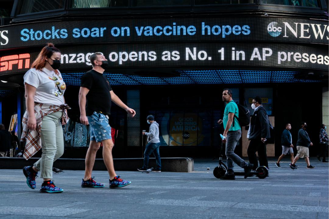 2020年11月9日,紐約時報廣場廣告牌:「疫苗希望推動股票飆升」。 攝:David Dee Delgado/Getty Images