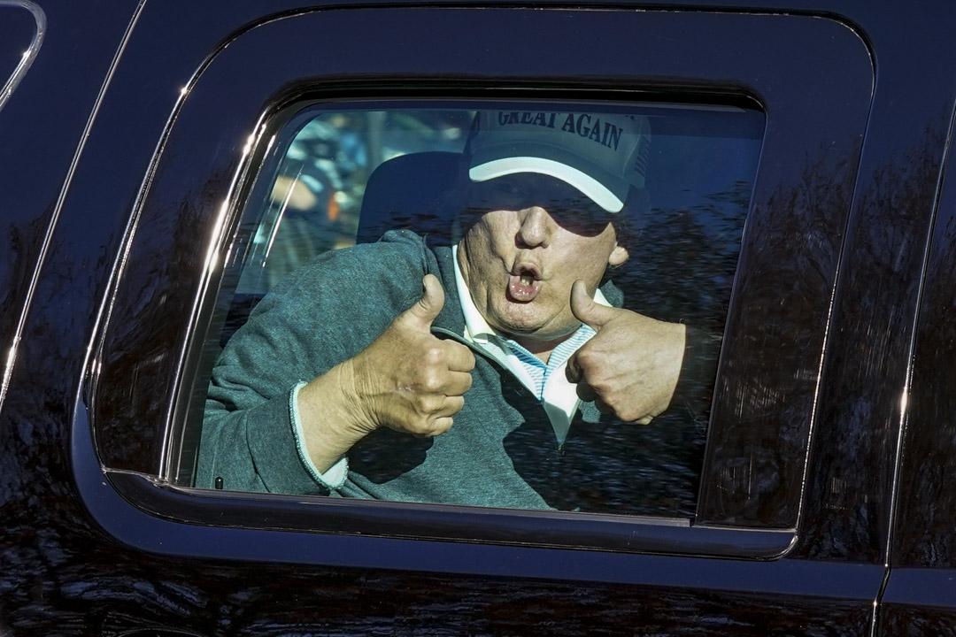 2020年11月8日,特朗普在弗吉尼亞州打完高爾夫球後離開,在車上向支持者作出稱讚。 攝:Steve Helber/AP/達志影像
