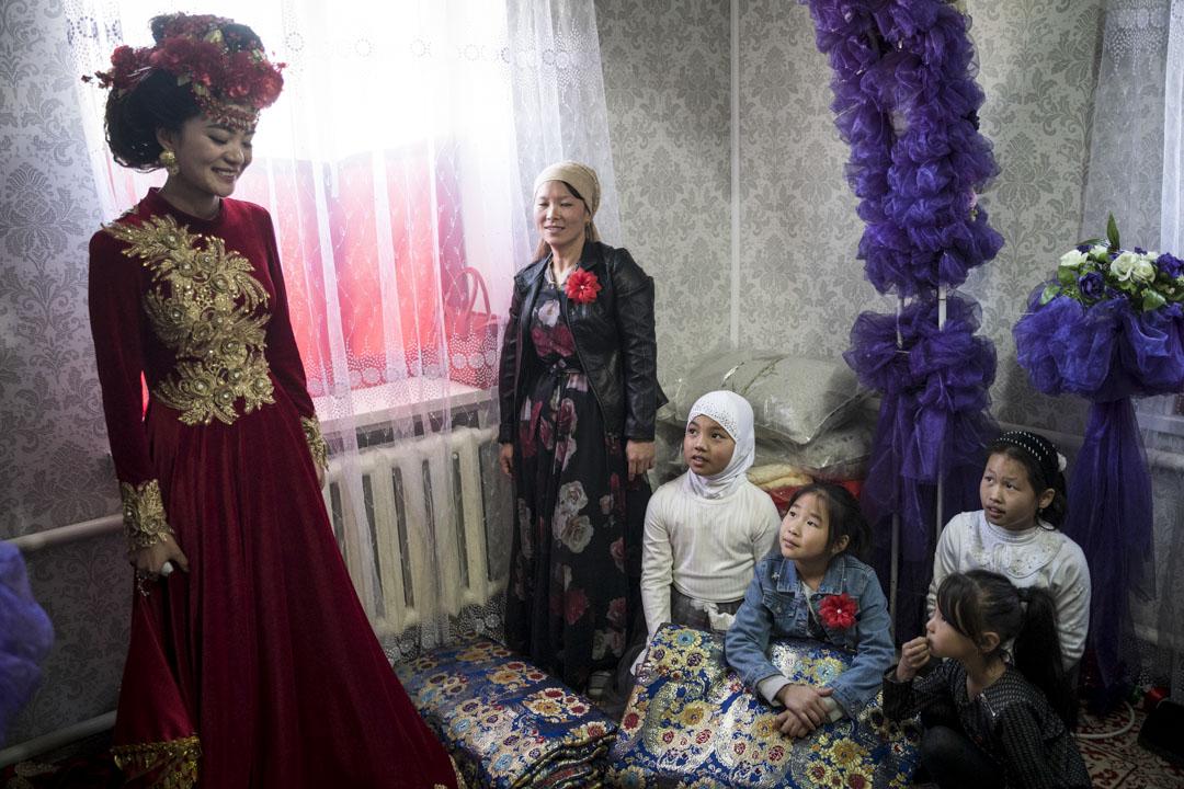 2019年10月27日,吉爾吉斯斯坦,米爾方,親戚客人離開婚禮前,會拜訪與祝福新娘,孩子們正看着新娘麥迪娜。
