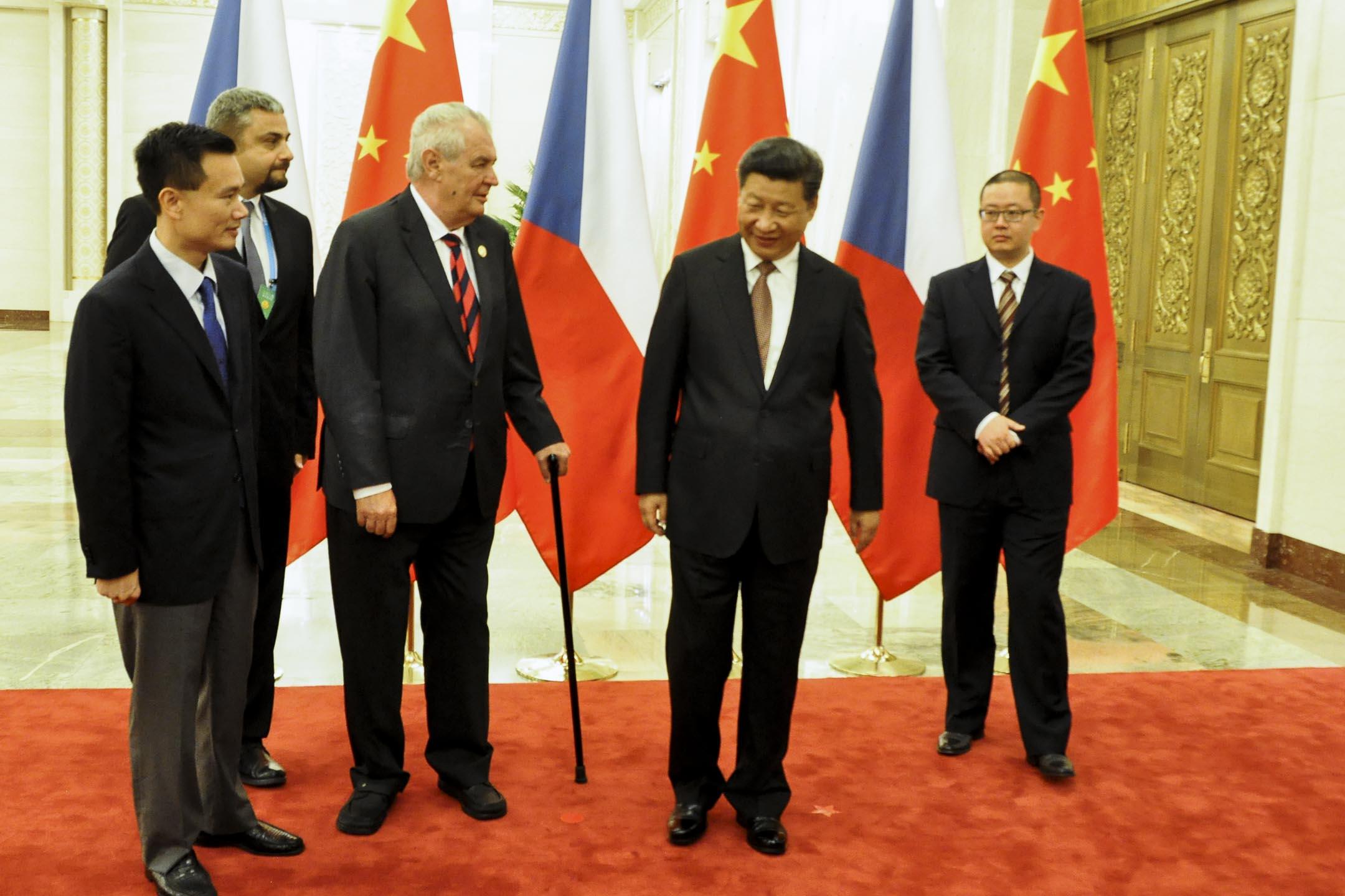 2015年9月4日,中國國家主席習近平在北京人民大會堂迎接捷克總統澤曼及中國華信能源董事長葉簡明。 攝:Lucie Mikolaskova/CTK via AP/達志影像