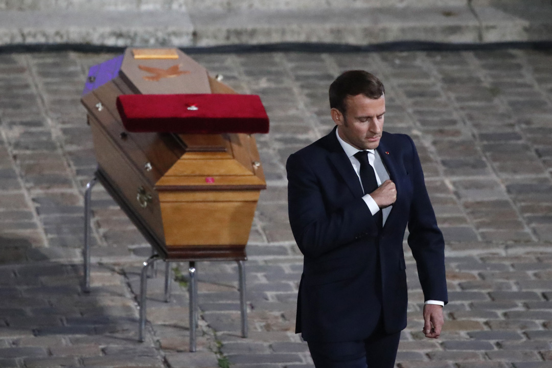 2020年10月21日,法國巴黎舉行悼念被車臣青年砍頭殺害的Samuel Paty儀式,總統馬克龍出席後離開。