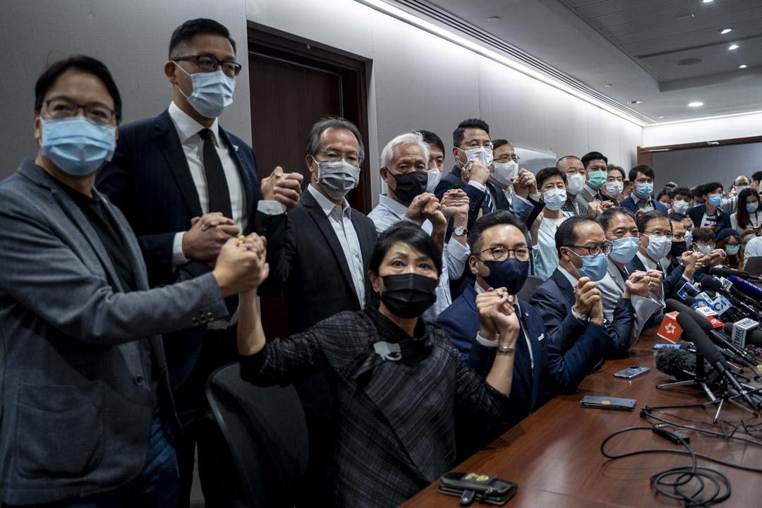 2020年11月11日,就特區政府因應人大決定禠奪四名民主派立法會議員資格,民主派立法會議員公佈總辭決定。 攝:林振東/端傳媒
