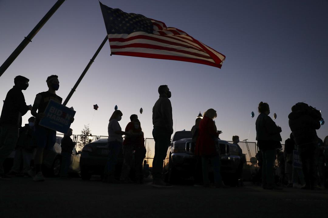 2020年11月6日,特拉華州威爾明頓,拜登的支持者等待拜登發表勝利演說。