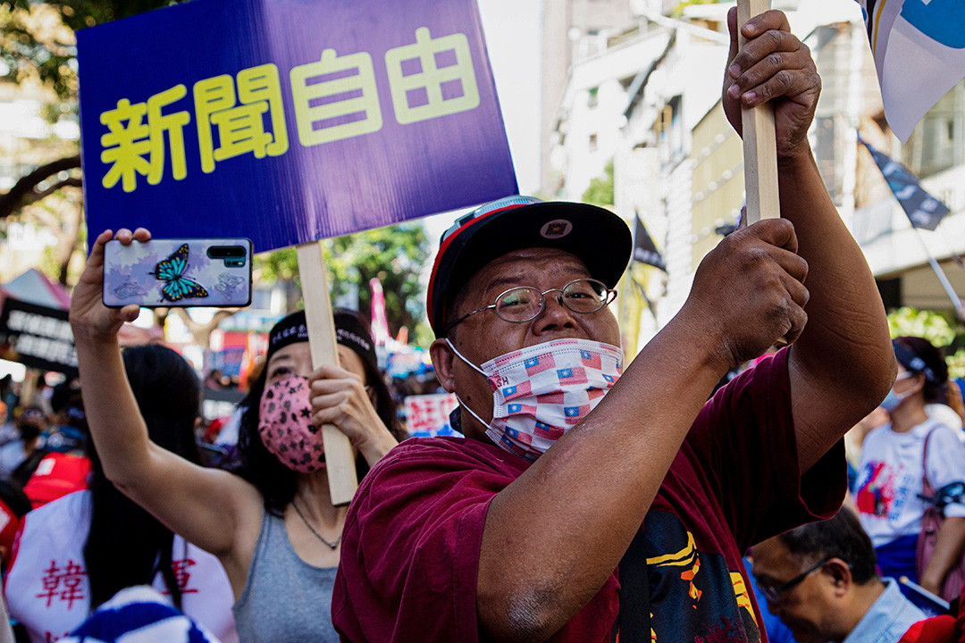 2020年10月26日台北,抗議期間,戴著口罩的中天電視台支持者在NCC大樓外舉標語牌。