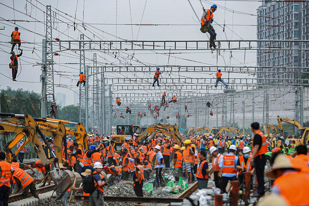 2020年8月30日北京,工人和重型機械在一個火車站的地盤工作。