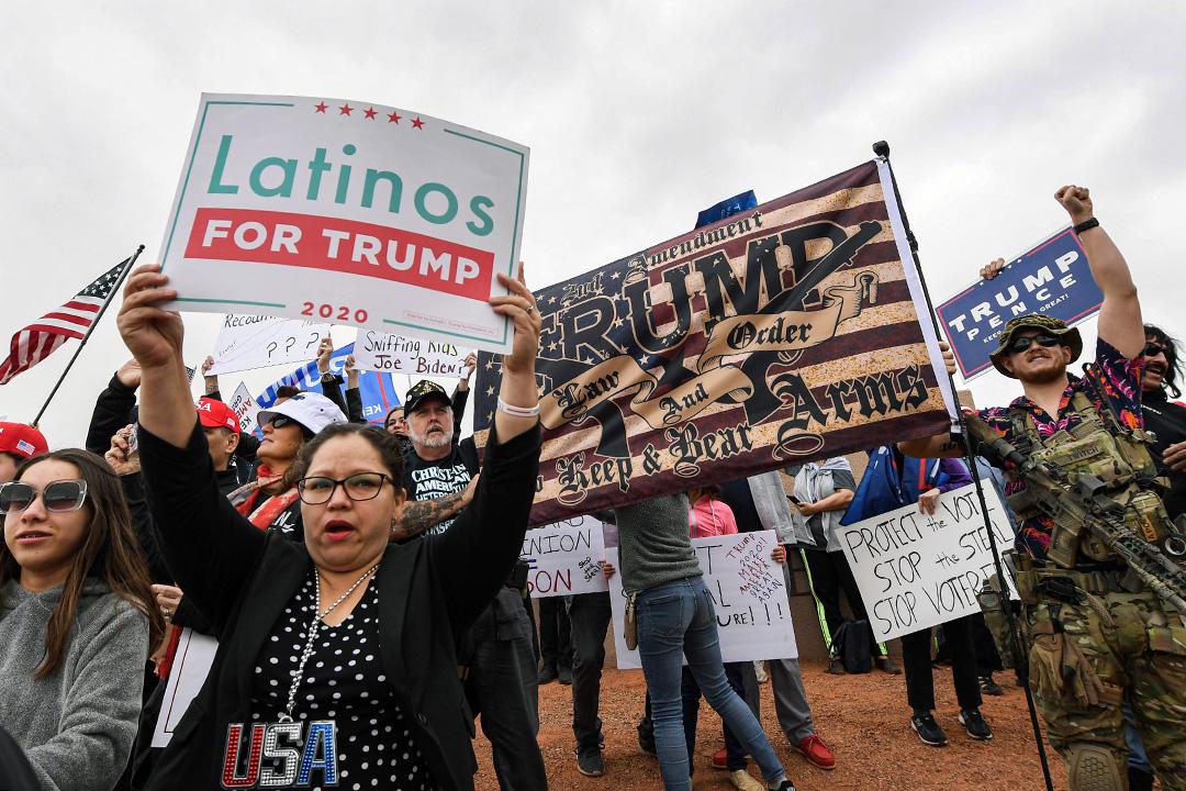 2020年11月7日拉斯維加斯,特朗普總統的支持者在克拉克縣選舉總部外抗議。