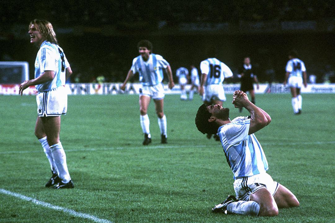 1990年7月3日,意大利拿坡里,馬勒當拿於世界杯期間射進一球後滿懷喜悅。