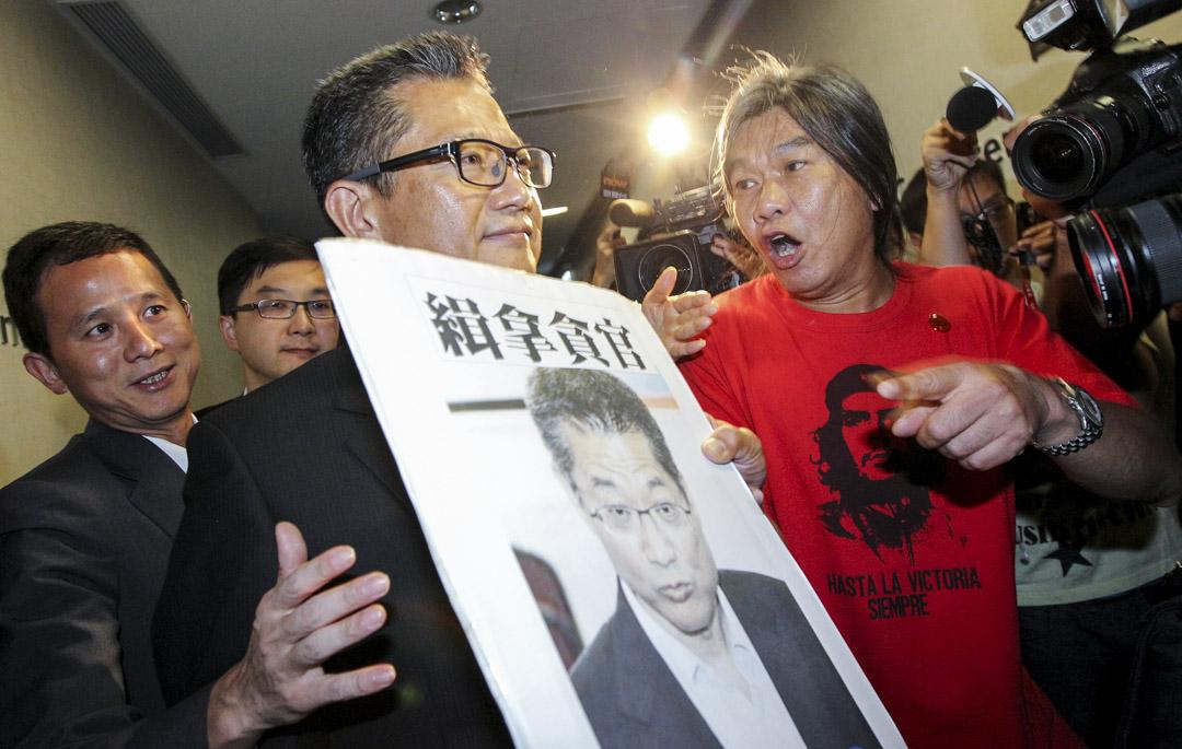 2013年7月25日,立法會議員梁國雄在立法會發展事務特別會議上向發展局局長陳茂波抗議。