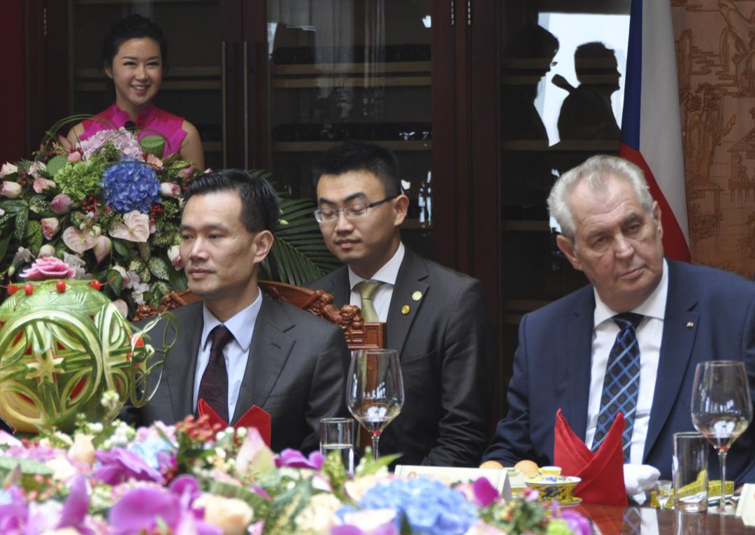2015年9月5日,捷克總統澤曼及中國華信能源董事長葉簡明在上海出席中國華信能源與捷克企業的協議簽署儀式。