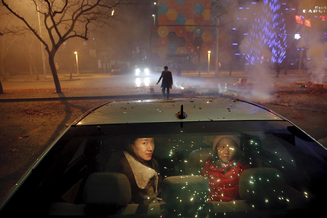 2016年2月7日北京,農曆新年,一個女孩和一個女人坐在車內。