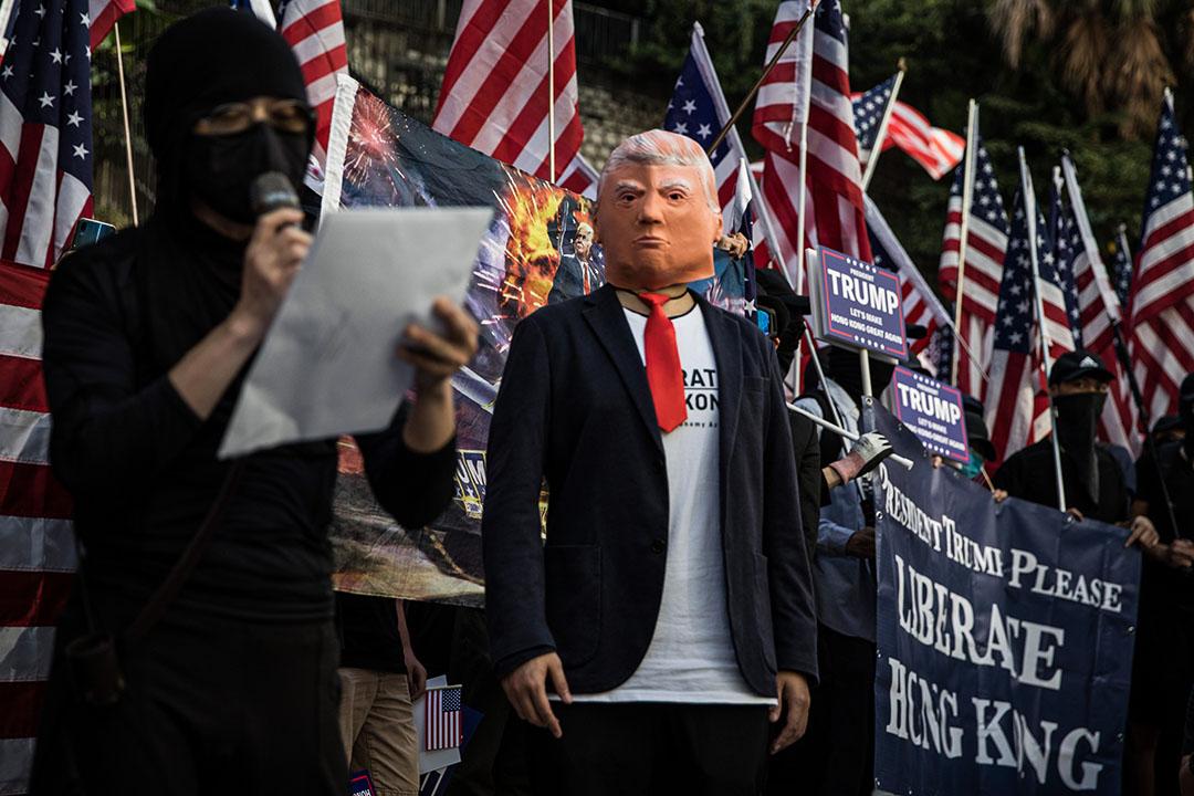 2019年12月1日香港,一名香港示威者在感恩節遊行期間戴著美國總統特朗普的面具,對美國表示感謝。