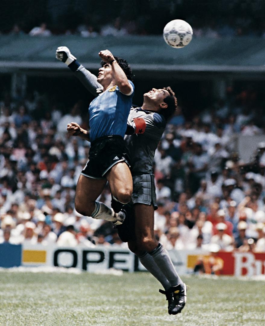 1986年6月22日,墨西哥世界盃八強,阿根廷對英格蘭的比賽,馬勒當拿用手把球攻入了英格蘭隊的球門,並且裁判判定進球有效,這就是著名的「上帝之手」事件。