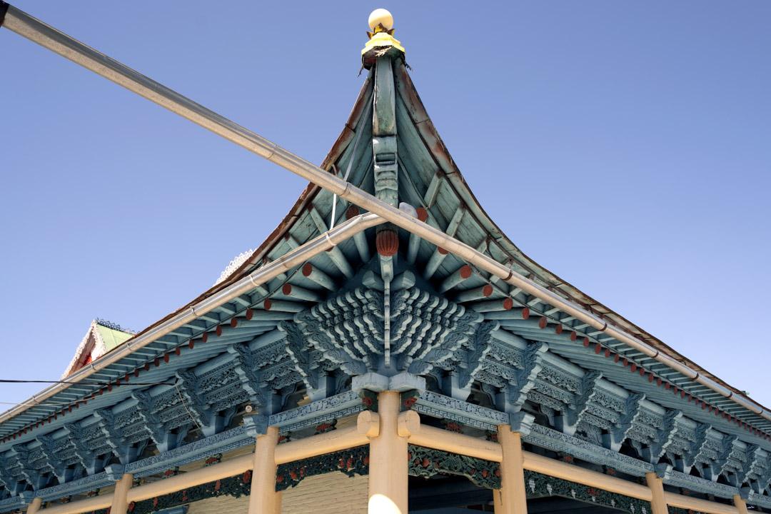2019年9月14日,吉爾吉斯斯坦,卡拉科爾(Karakol)東干清真寺(Dungan Mosque)的屋頂。這座著名清真寺設計與中國寺廟相似,沒有釘子建造。
