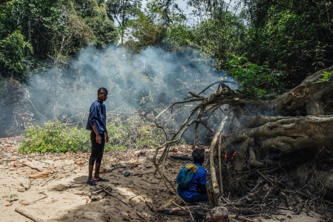 森林是巴迪族最熟悉的地方,他們生火,用煙驅逐可能會靠近的動物。