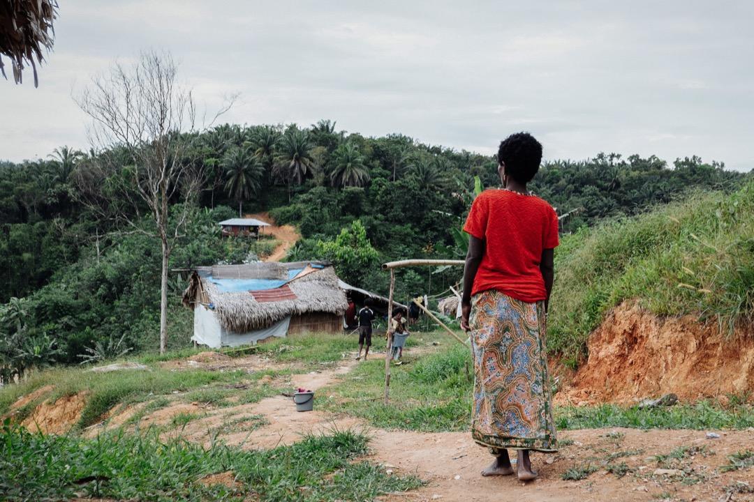 一名巴迪族婦女正走回家的路上。