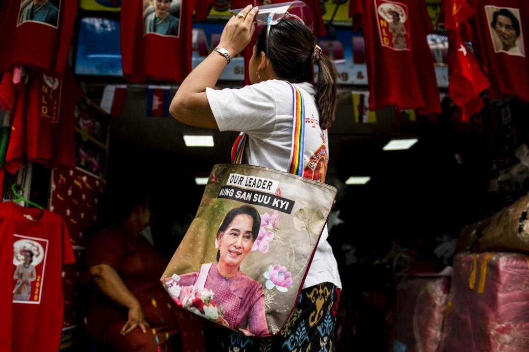 2020年8月21日,緬甸仰光的一家商店售賣印有昂山素姬圖像的衣服。 攝:Shwe Paw Mya Tin/NurPhoto via Getty Images
