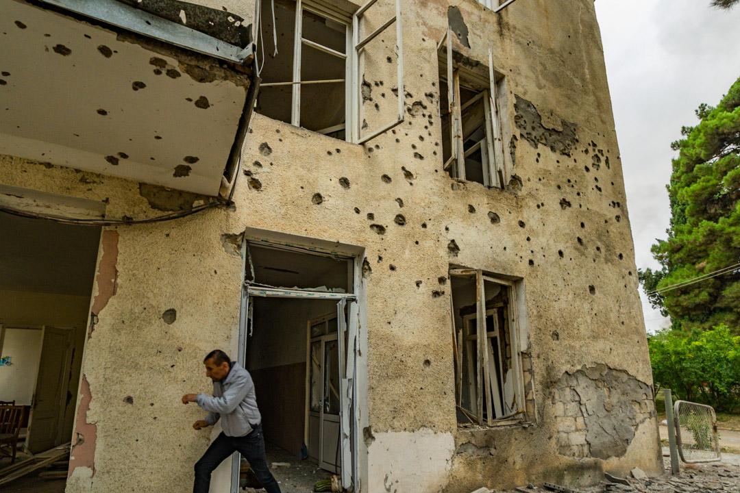 2020年10月1日,一名男子在找地方掩護,躲避阿塞拜疆發動的砲擊。