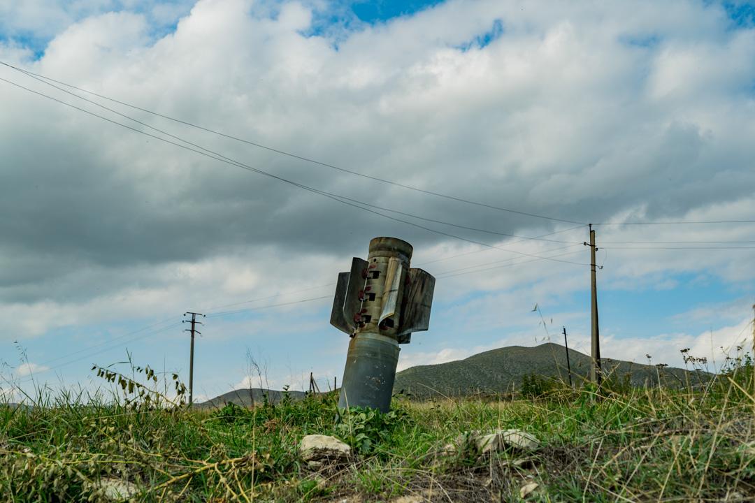 2020年10月11日,一顆未引爆的炸彈插在亞美尼亞小鎮Martuni的一幅草坪上。炸彈來自一輪阿塞拜疆發動的砲擊。