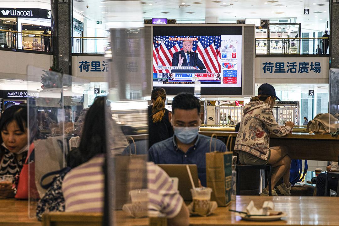 2020年11月4日香港,市民在一個商場的咖啡店内,屏幕播放特朗普的記者會。 攝:陳焯煇/端傳媒