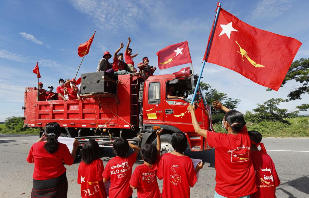 2020年10月21日,昂山素季領導的執政黨全國民主聯盟的支持者在緬甸內比都舉行的競選活動中,揮舞著黨的旗幟並從卡車上歡呼。