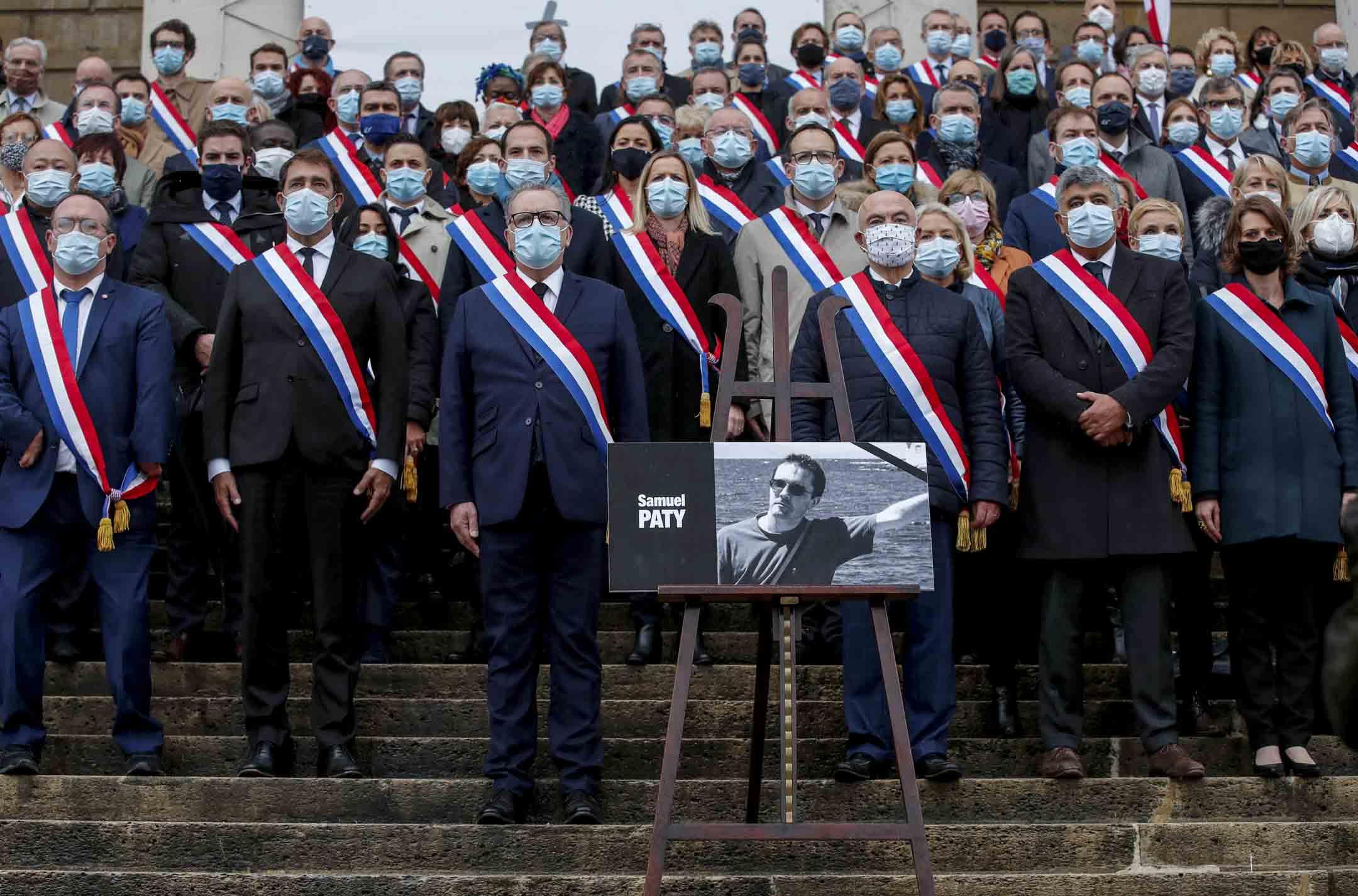 2020年10月20日,法國國民議會議長理查德·費蘭德和議員們聚集在議會前向被殺害的Samuel Paty致敬。 攝:Gonzalo Fuentes/Reuters/達志影像