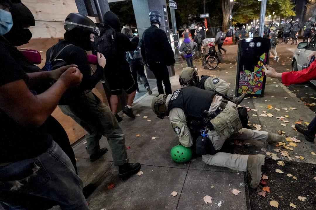 2020年11月4日,俄勒岡州波特蘭警察拘捕一名大選後上街的示威者。