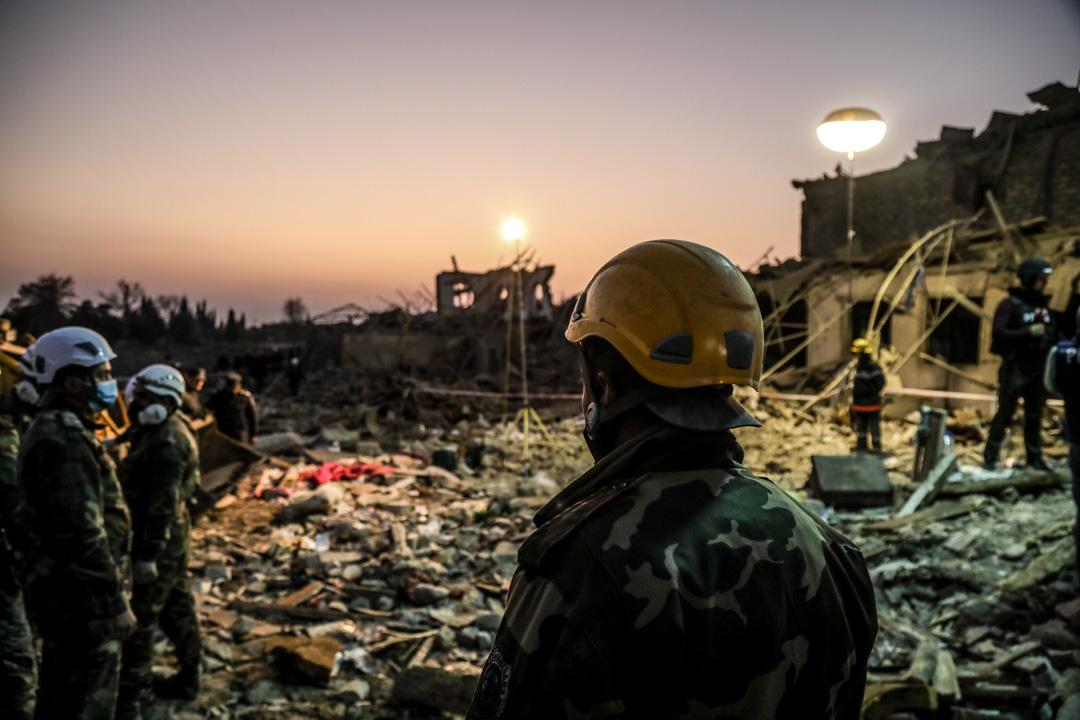 2020年10月17日,納戈爾諾-卡拉巴赫(Nagorno-Karabakh),搜救隊在瓦礫中搜尋生還者。