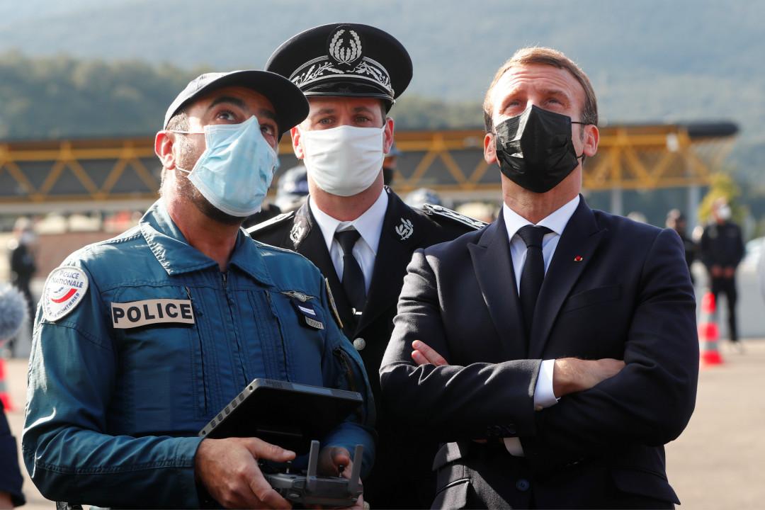 2020年11月5日,法國總統馬克龍視察法國與西班牙邊境。 攝:Guillaume Horcajuelo/Reuters