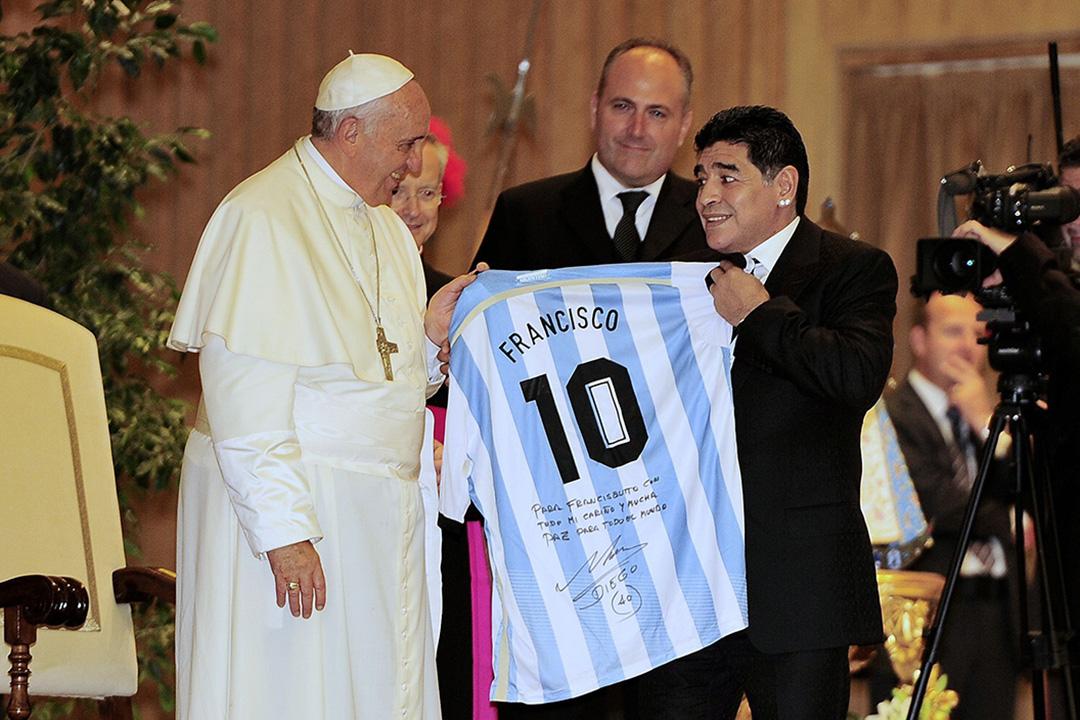 2014年9月1日,梵蒂岡,馬勒當拿贈送了阿根廷國家足球隊10號球衣給教宗方濟各。