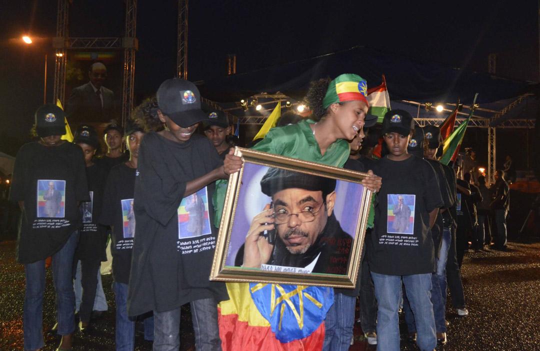 2012年8月31日,埃塞俄比亞首都亞的斯亞貝巴舉行的燭光守夜活動中,年輕人哀悼埃塞俄比亞已故總理梅萊斯·澤納維。