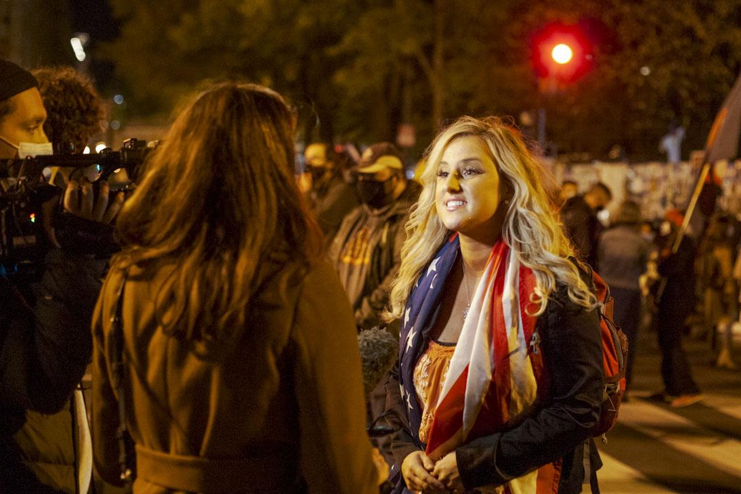 2020年11月4日,華盛頓白宮外有一名女性右翼示威者接受傳媒訪問。